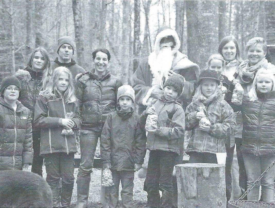 Der Samichlaus mit einer Gruppe Kinder.
