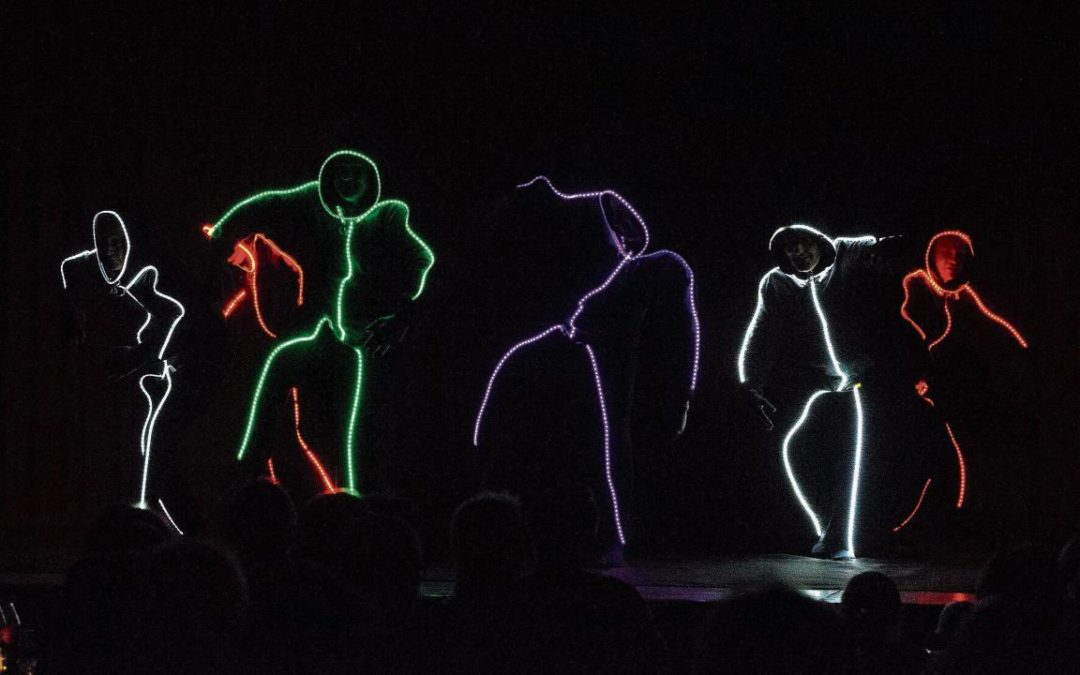 Schwebende Männer, Die Männerriege begeisterte mit einer bunten Lightshow. (Bild: Andreas Taverner)